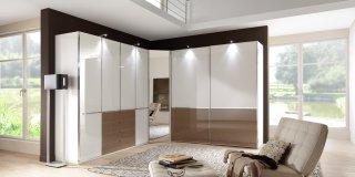 01-schlafzimmer-modern-schranksystem-shanghai-alpinweiss-glass-weiss-glas-sahara.jpg